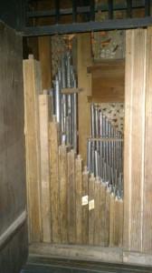 piszczałki we wnętrzu szafy organowej, lewe drzwi, zdj. G.Bosak