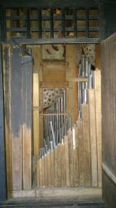 piszczałki we wnętrzu szafy organowej, prawe drzwi, zdj. G.Bosak