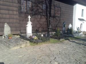 nagrobki przed kościołem w Orawce